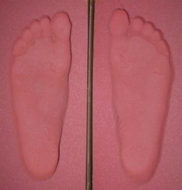 Abdruckkiste rosa mit ein Paar Füße